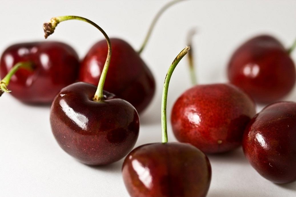 据悉,华盛顿今春的天气宜人,特别适合樱桃生长,当地樱桃生产商预期将收获2130万箱,共42600磅樱桃。然而尽管有先进的冷藏技术,樱桃的保鲜期还是非常有限,必须尽快运至目的市场。所以,大部分出口樱桃将通过空运送达。随着供应量增加,航空公司选择增加货运飞机班次,并无更改客机航线的打算。 西雅图-塔科马国际机场的航空货运业务发展部高级经理汤姆格林(Tom Green)称,国际货运航班的数量在每年的六月和七月都会翻倍。在樱桃收获期的这六至八周,他们每周需要另增21个货运航班,相比去年的14个班次,有所增加。此外